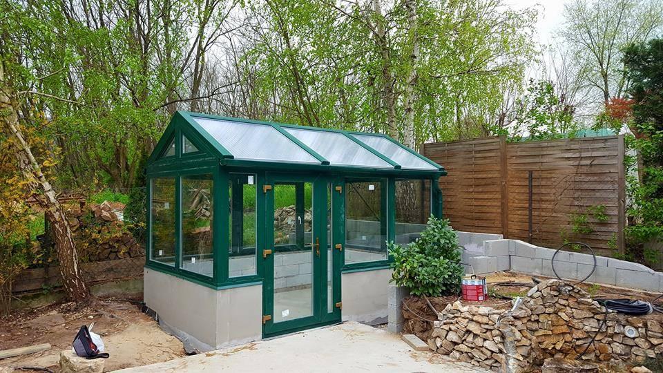 Sátortetős üvegház a kertben