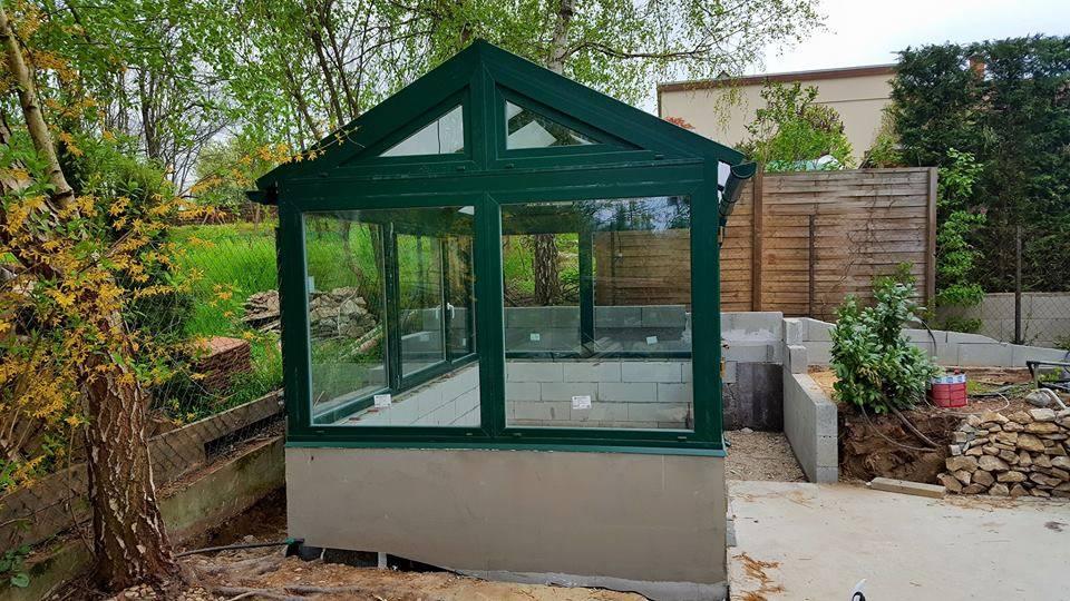 Üveg pavilon a főépülettől külön