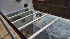 Ferde oldalnézetű üvegfal