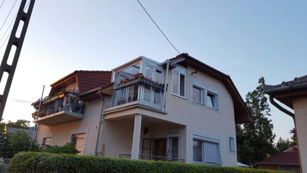beépített emeleti terasz