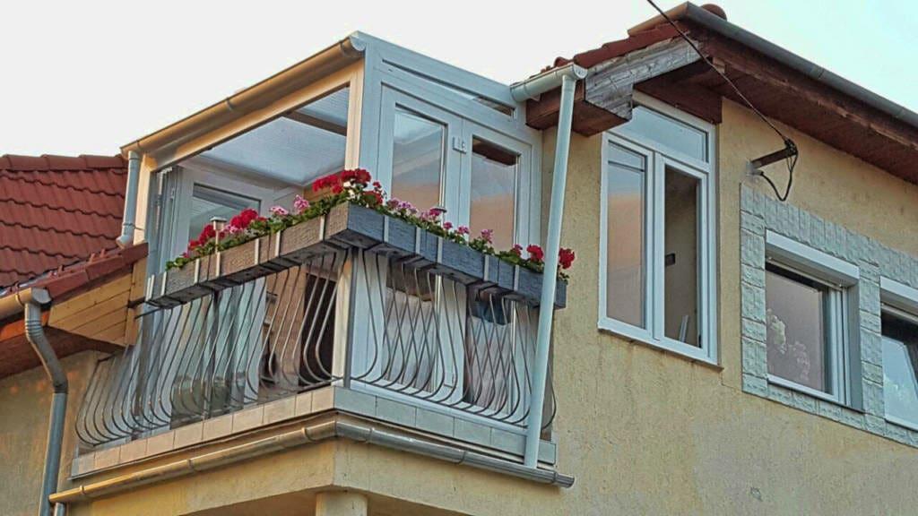 erkély beépítés az emeleten